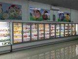 Chegar na porta de vidro delicatessen do refrigerador de exibição