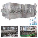 Abgefülltes Mineral-/reines Wasser, das Geräte herstellt