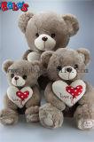Ours beiges de peluche de peluche de cadeau de bébé de vente chaude avec la bande de Printting de coeur