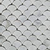 Плитка белой мраморный мозаики Carrara веерообразная в установленной сетке
