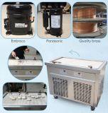 大きい正方形鍋によって揚げられているアイスクリームロール機械