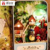 Pequeño juguete de madera casa de muñecas con la caja de la lata
