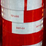 Красный и белый отражательный стикер автомобиля