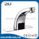 Les mains libèrent le robinet automatique de salle de bains de taraud d'eau de mélangeur de bassin de détecteur