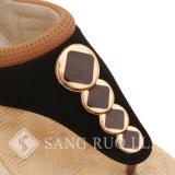 Sapatos de sandália de gordura parcial e sapatos lisos de mulher com adereços