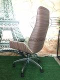 O revestimento de madeira torcidos cadeira de escritório com couro e base de alumínio