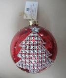Bauble de vidro vermelho pendurado com padrão de árvore de natal