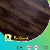 O sulco de U Gravar-em-Regista o revestimento de madeira laminado
