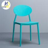 Un design moderne blanc de fantaisie empilage chaises de jardin en plastique PP