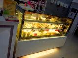빵집 냉장고에 의하여 식히는 케이크 전시