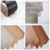 Preiswertes Linoleum, das selbstklebende hölzerne Vinylfußboden-Fliesen ausbreitet