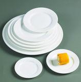 Piatti di ceramica bianchi puri del servizio del ristorante