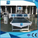打抜き機を運転する木工業機械装置CNC