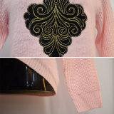 Maglione del bordo della curva di colore rosa di inverno delle donne