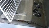 Tabella di lavoro dell'acciaio inossidabile sotto il contro congelatore utilizzato in cucina