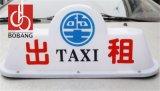 L'automobile/tassì che fa pubblicità all'uso superiore illumina il segno, casella chiara