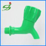 Пластиковые PP/АБС под струей горячей воды бассейна с рот