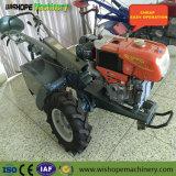 Mini trattore agricolo ambulante tenuto in mano