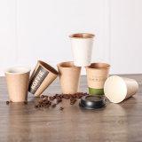 El café caliente vaso de papel con tapas