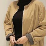 Spitzenverkaufs-Frauen wärmen sich ringsum Muffen-Staub-Mantel