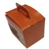 يغضّن صندوق من الورق المقوّى مع مقبض