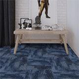 Пол выложен плиткой ковров