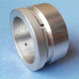 Часть CNC выполненного на заказ алюминия подвергая механической обработке поворачивая