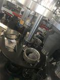 Taza de café de papel disponible que hace la máquina