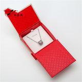 El rojo con el rectángulo de joyería de papel grisáceo fijó con el imán