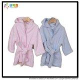 幼い子供の赤ん坊は綿タオルの浴衣に着せる