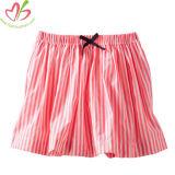 Chica minifalda con rayas o lunares de impresión impresión