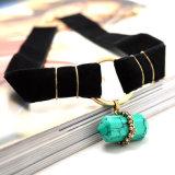 De gotische Zwarte Halsband van de Nauwsluitende halsketting van het Fluweel met Tegenhanger van de Steen van de Vorm van de Kogel de Natuurlijke