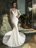夕方の花嫁のウェディングドレスに玉を付ける人魚のサテン