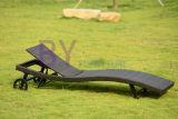 Salotto di vimini adagiantesi del patio del rattan del PE con la rotella