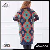 女性の特大ニットのセーターの長いカーディガン