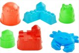 놓이는 아이의 여름 바닷가 장난감 또는 다채로운 장난감의 모래 실행 세트