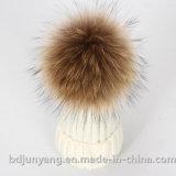 La piel correspondida con sombrero POM Poms del color de las lanas que hace punto Bobble el sombrero