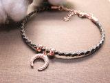 De kleine Charme in de Vorm van de Maan nam de Gouden Geplateerde Armband van het Leer voor Vrouwen toe