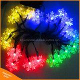 Lumières actionnées solaires de chaînes de caractères de flocon de neige coloré pour l'arbre extérieur de vacances