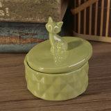 Candele profumate di vasi di ceramica con i coperchi del metallo