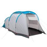 Personnes en gros de la tente campante 4 de famille