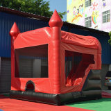 As crianças brincar insuflável castelo insuflável