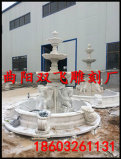 装飾的な手によって切り分けられる石造りの大理石の噴水