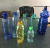 Máquina que sopla de consumición de la botella de agua del animal doméstico