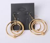 Gli orecchini con il Rhodium d'imitazione di fascini del disco e del cerchio hanno placcato
