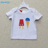 夏の短い赤ん坊の衣服に着せている水印刷の子供