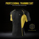 남자는 적당한 압축 간결 t-셔츠 순환 착용 스포츠 훈련 상단을 말린다