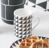 Tasse de café en céramique neuve de couleur verte de modèle pour la promotion