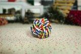 綿ロープの球はかみ砕くことのための飼い犬のおもちゃを結ぶ