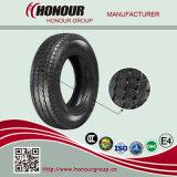 El vehículo de pasajeros cansa los neumáticos del anuncio publicitario de los neumáticos del litro